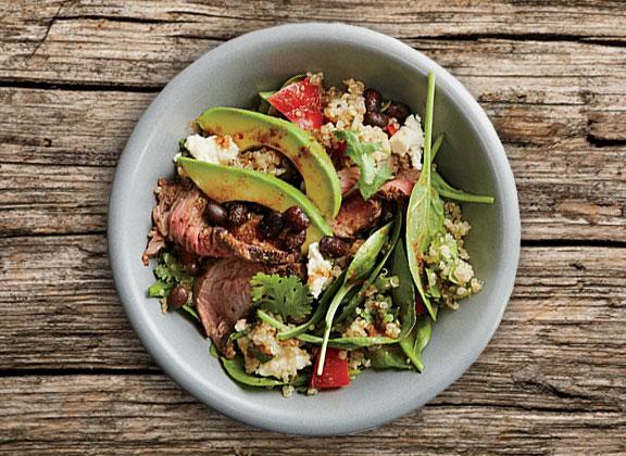 quinoa salade avocado bruine bonen vlees