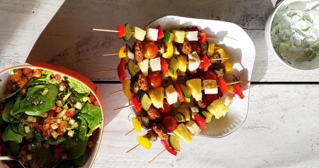 vegetarische bbq met quinoa salade, groentespiezen en zelfgemaakte tzaziki