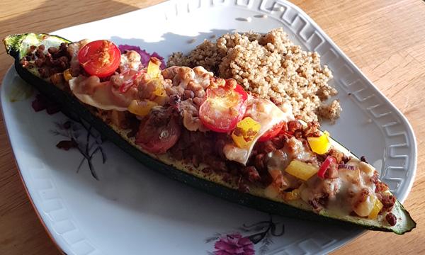 gevulde courgette met vegetarisch gehakt en quinoa